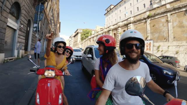 vídeos de stock, filmes e b-roll de pov selfie scooter passeio: amigos nas motos no centro de roma - gesticular