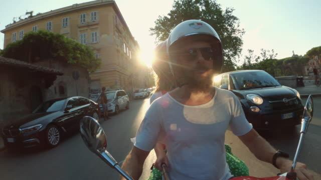 pov selfie scooter fahren: freunde auf den motorrädern im zentrum von rom - motorroller stock-videos und b-roll-filmmaterial