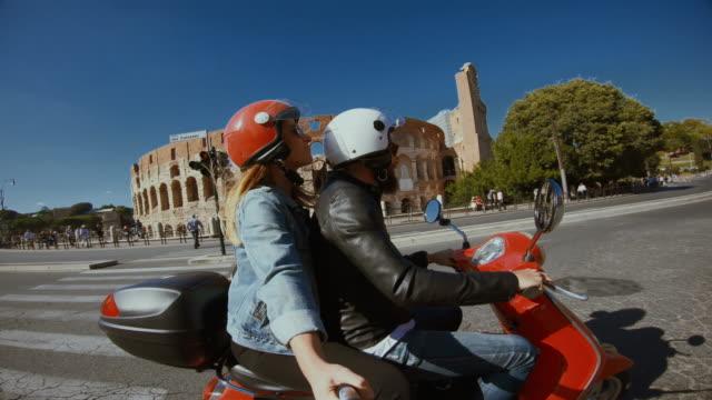 vidéos et rushes de selfie scooter équitation: sur la moto par le colisée - scooter