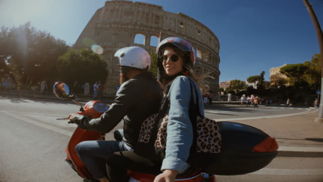 vídeos de stock e filmes b-roll de selfie scooter riding: on the motorbike by the coliseum - romano