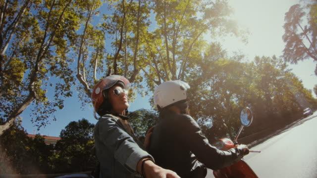 selfie scooter fahren: auf dem motorrad im zentrum von rom - motorroller stock-videos und b-roll-filmmaterial