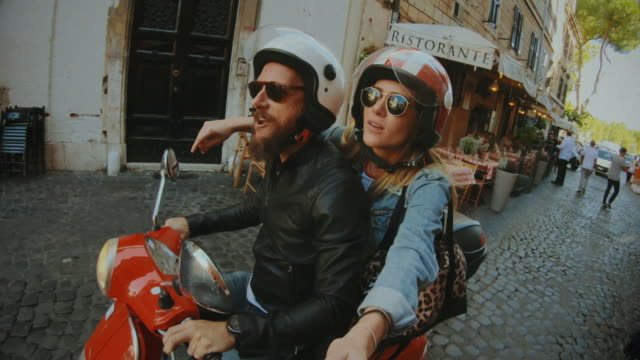 vídeos de stock e filmes b-roll de selfie scooter riding: on the motorbike in the center of rome - namorado