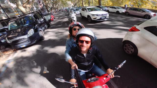 vídeos y material grabado en eventos de stock de selfie scooter montar: en la moto en el centro de roma - ciclomotor vehículo de motor