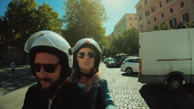 vidéos et rushes de selfie scooter équitation: sur la moto dans le centre de rome - scooter