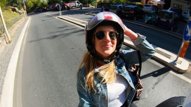 selfie skoter ridning: turistpar på motorcykeln i centrala rom - selfie bildbanksvideor och videomaterial från bakom kulisserna