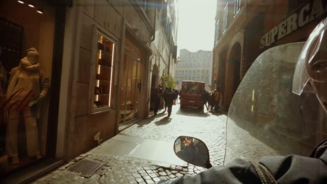 vídeos de stock e filmes b-roll de selfie scooter winter riding: on the motorbike in the center of rome - roma itália