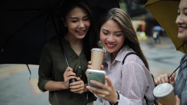selfie tid för kvinnliga vänner i regnet - kinesiskt ursprung bildbanksvideor och videomaterial från bakom kulisserna
