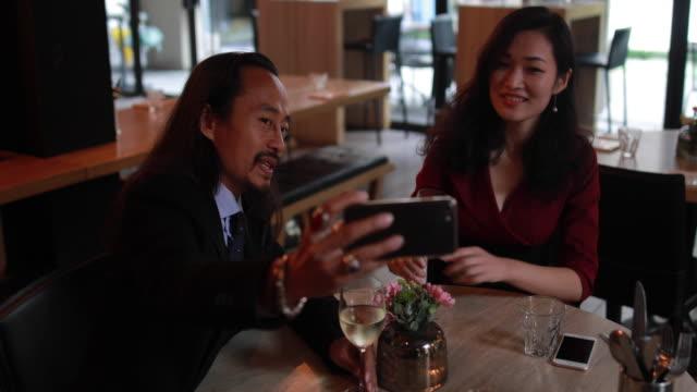 vídeos de stock, filmes e b-roll de tempo de selfie no restaurante - neckwear