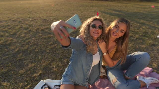 selfie tid - rynka ihop ansiktet bildbanksvideor och videomaterial från bakom kulisserna