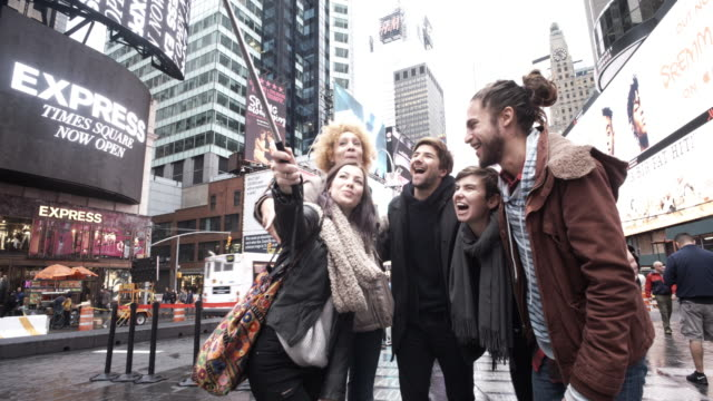 4 k-selfie touristen am times square, nyc - north america stock-videos und b-roll-filmmaterial