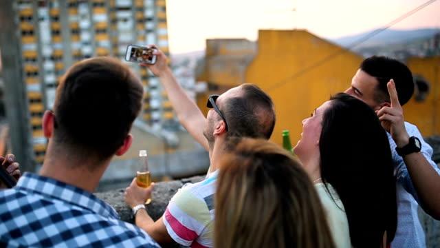vídeos de stock, filmes e b-roll de selfie - telhado