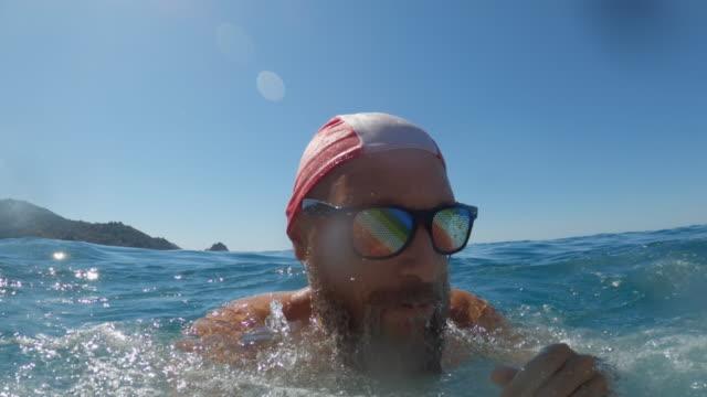 ボートから夏の海でジャンプしてダイビングする男の自分撮りビデオ - 水中カメラ点の映像素材/bロール