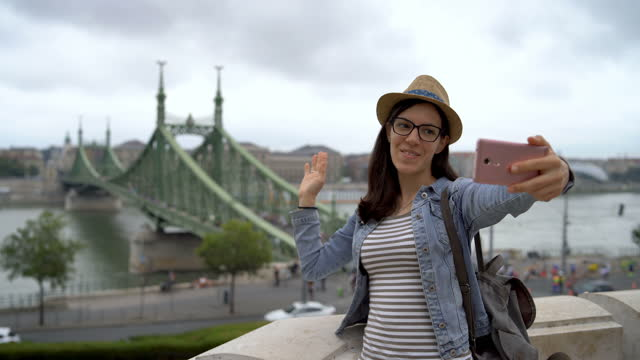 vídeos y material grabado en eventos de stock de selfie con puente de la libertad del danubio - cultura húngara