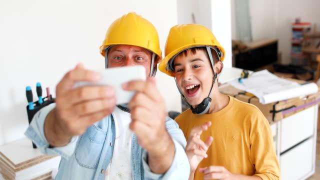 vídeos y material grabado en eventos de stock de selfie con mi papá - casco herramientas profesionales