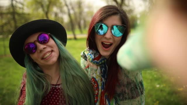 vídeos de stock, filmes e b-roll de selfie com a minha namorada - cabelo verde