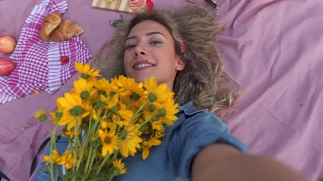 stockvideo's en b-roll-footage met selfie met wat verse gele bloemen - zelfportret fotograferen