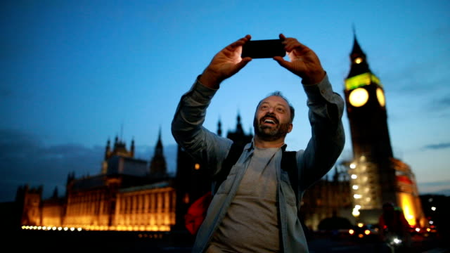 vídeos de stock e filmes b-roll de selfie with the big ben - big ben