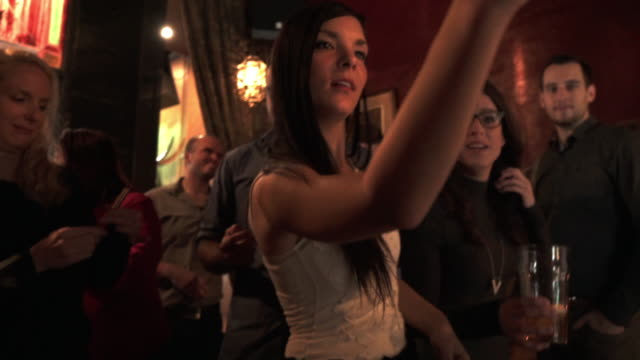 vídeos de stock, filmes e b-roll de selfie jovens adultos colega festa bar - bar