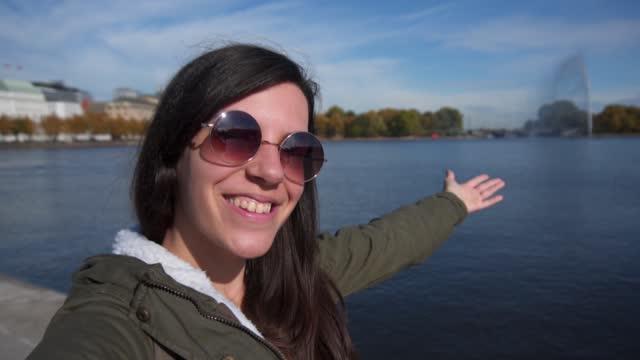 selfies in binnenalster lake hamburg deutschland - nur junge frauen stock-videos und b-roll-filmmaterial