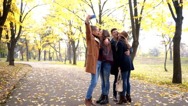 selfies i en park - gå tillsammans bildbanksvideor och videomaterial från bakom kulisserna
