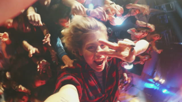 selfiestick in concert crowd - tipo di danza video stock e b–roll