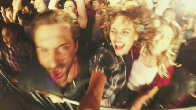 vídeos de stock, filmes e b-roll de selfiestick na multidão de concerto - performance