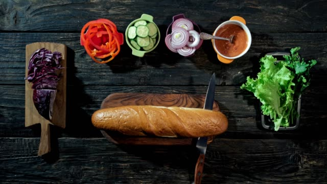 stockvideo's en b-roll-footage met self-making veganistische sandwich - broodje voedsel