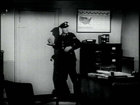self-preservation in an atomic bomb attack - 6 of 17 - この撮影のクリップをもっと見る 2423点の映像素材/bロール