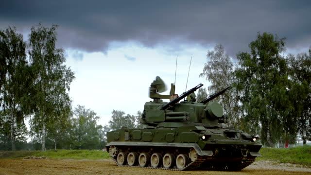 vídeos de stock e filmes b-roll de self-propelled anti-aircraft vehicle - tanque