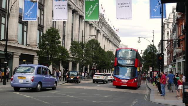 vídeos de stock e filmes b-roll de selfridges store at oxford street london - escrita ocidental