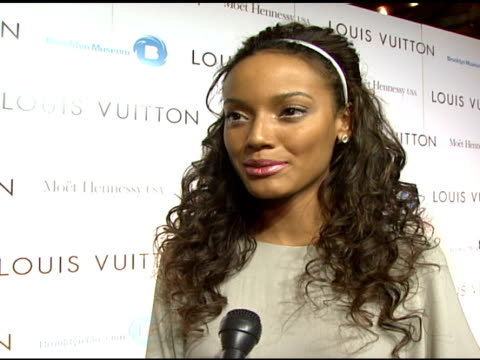 selita eubanks on what brings her out tonight, what she thinks about the collaboration, being a lv and mark jacobs fan, and looking forward to kanye... - デザイナー マーク・ジェイコブス点の映像素材/bロール