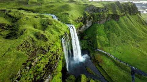 vídeos de stock e filmes b-roll de aerial: seljalandsfoss waterfall in iceland - islândia