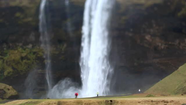 wasserfall seljalandsfoss video island hd 1080 tiltshift - besichtigung stock-videos und b-roll-filmmaterial