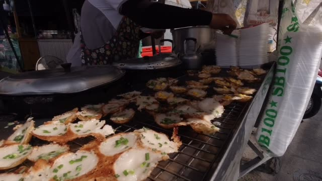 seller making thai coconut rice cake at market - dessert topping stock videos & royalty-free footage