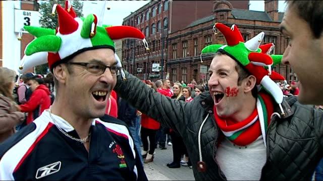 vidéos et rushes de semi finals france vs wales wales cardiff millennium stadium wales rugby fans shouting 'oooar wales' - niveau d'épreuve sportive