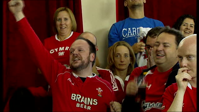 semi finals: france vs wales: welsh rugby fans watching match; fans singing 'land of my fathers' sot - typisch walisisch stock-videos und b-roll-filmmaterial
