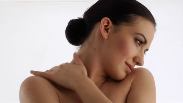 vídeos de stock e filmes b-roll de cu, semi naked woman covering breasts in studio - braços cruzados