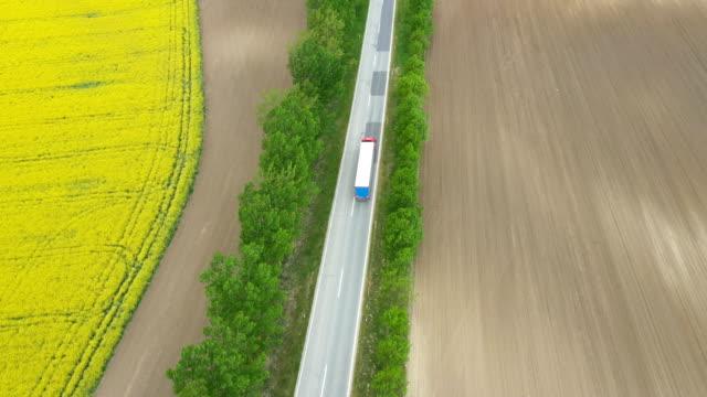 vidéos et rushes de semi trucks conduite à la route de campagne - poids lourd