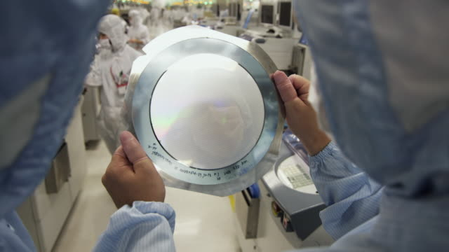 vidéos et rushes de cu semiconductor technicians inspecting wafer of integrated circuit boards / bang pa-in, ayutthaya, thailand - tenir