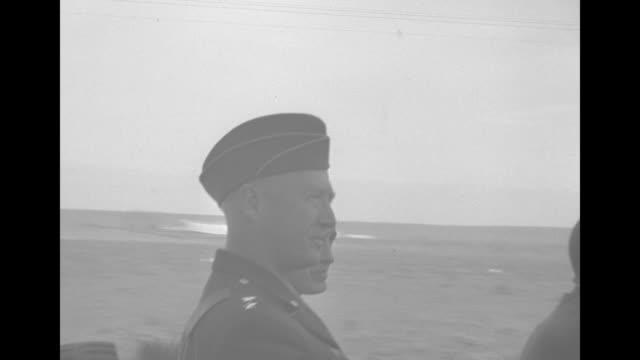 vidéos et rushes de semirear shot us president franklin roosevelt riding in a jeep reviews us troops standing along a road in morocco / front shot roosevelt moves past... - général grade militaire