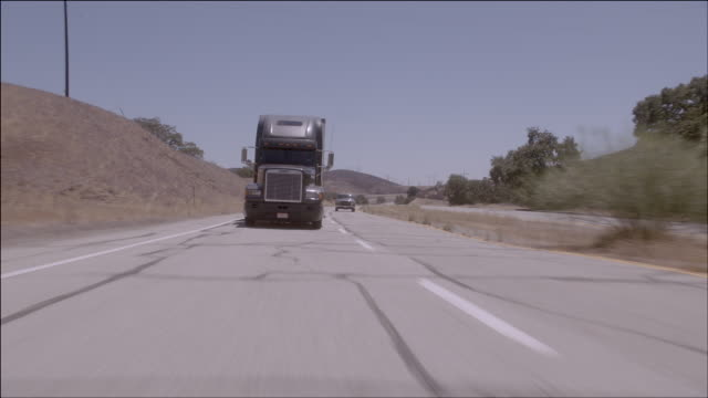 vídeos y material grabado en eventos de stock de ts a semi-truck swerving into other lane on highway / los angeles, california, united states - formato buzón