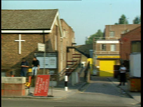 vídeos y material grabado en eventos de stock de semtex explosive found; itn england: london: fulham street storage units where semtex explosives were found with police tape stretched across... - tape measure