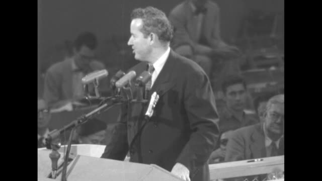 vidéos et rushes de vs sen john sparkman standing at podium speaking at the democratic national convention at chicago's international amphitheatre / sparkman finishes... - adlai stevenson