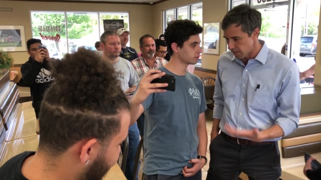 us senate candidate rep beto o'rourke poses for photographs with supporters while stopping for lunch with his family and members of his campaign... - usa:s senat bildbanksvideor och videomaterial från bakom kulisserna