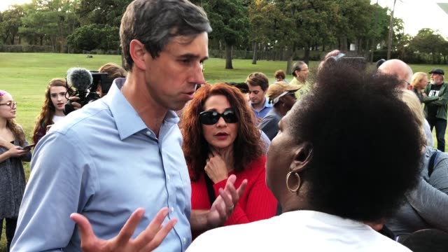 s senate candidate rep beto o'rourke talks with supporters during a campaign rally november 2 2018 in dallas texas - usa:s senat bildbanksvideor och videomaterial från bakom kulisserna