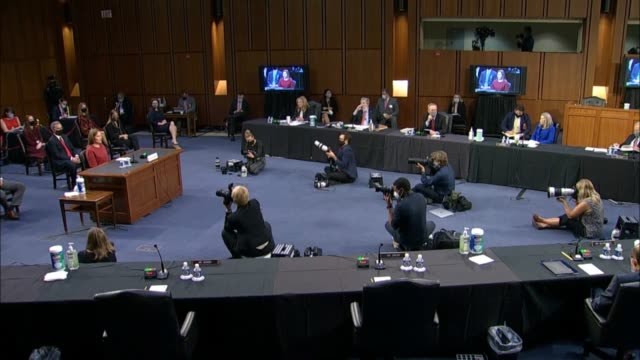 vidéos et rushes de senate judiciary committee chairman lindsey graham of south carolina and seventh circuit judge amy coney barrett discuss how some call her a female... - nomination