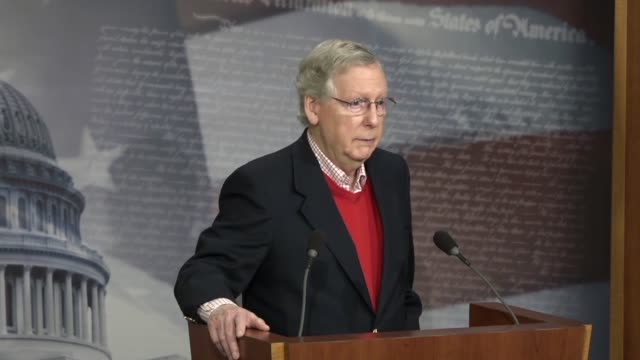 senate majority leader mitch mcconnell answers a reporter's question at a yearend press conference about a failed effort to reform the affordable... - partito repubblicano degli usa video stock e b–roll