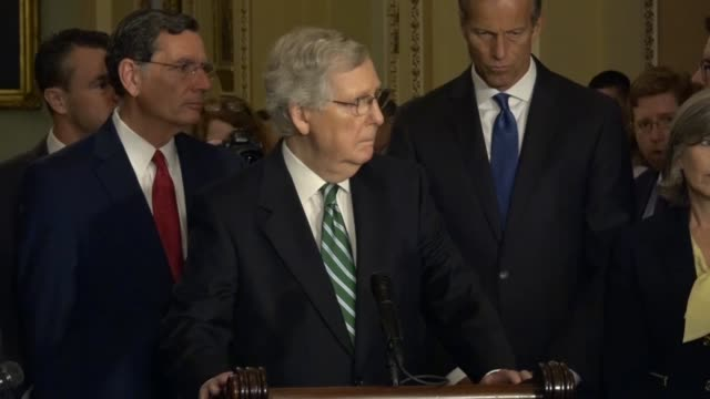 vidéos et rushes de senate majority leader mitch mcconnell of kentucky answers a reporter question at a weekly news conference about parts of the state with significant... - epidemic