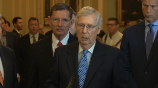 vidéos et rushes de senate majority leader mitch mcconnell of kentucky tells reporters at a weekly briefing that it is very clear the trump administration was not trying... - turning on or off