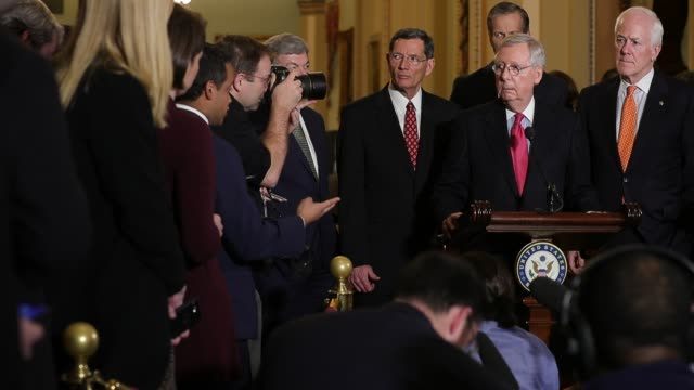 vidéos et rushes de senate majority leader mitch mcconnell talks to reporters follow the republican senate weekly policy luncheon with sen john thune sen john cornyn sen... - pupitre